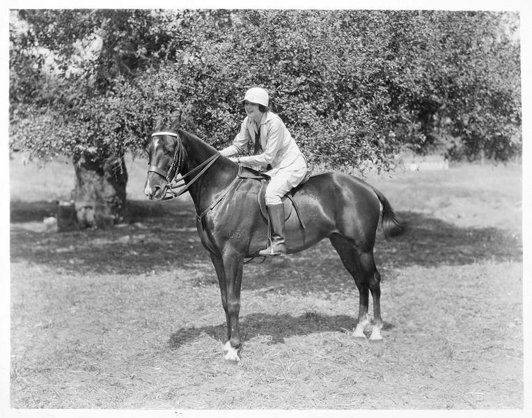 Billie Dove sur le cheval 'Major', posant devant un photographe avant d'aller faire sa promenade du matin à Griffith Park près de Hollywood