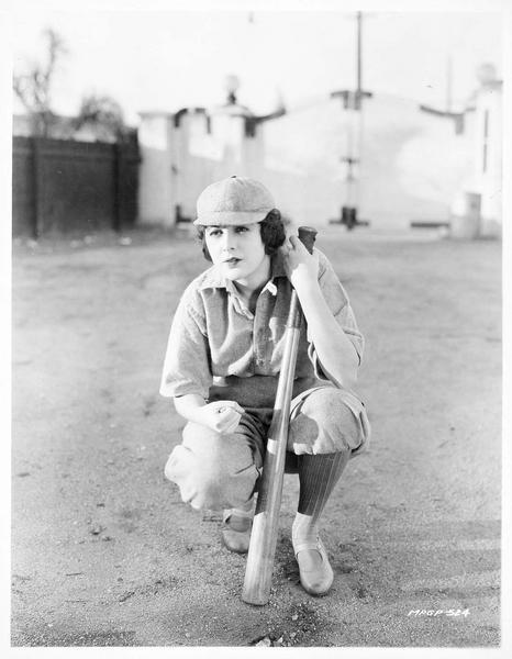 Billie Dove jouant au base ball