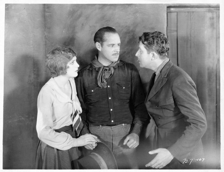 Gene Stewart (J. Holt), Madeline Hammond (B. Dove) écoutant un homme