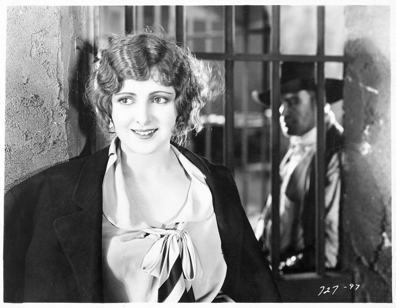 Madeline Hammond (B. Dove) dans une prison