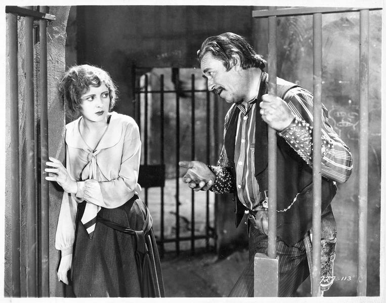 Madeline Hammond (B. Dove) dans une prison avec le gardien Brand (N. Beery)