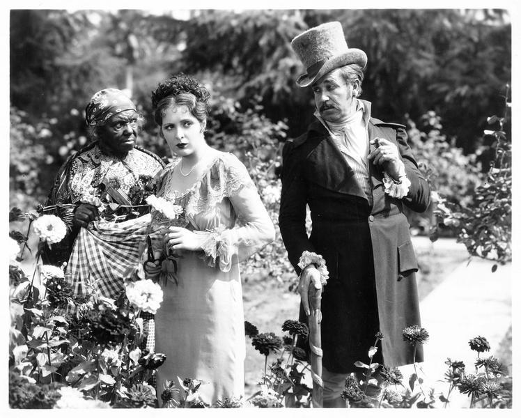 Le capitaine Remy (N. Beery) rencontrant Antoinette (B. Dove) dans le jardin des Frobelle
