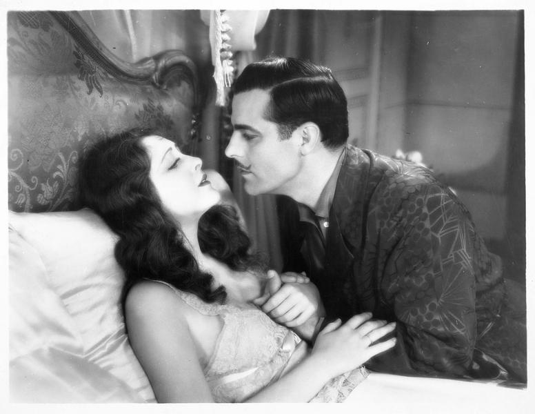 Le prince Serge Orloff (A. Moreno) et la princesse Elena (B. Dove) dans une scène intime