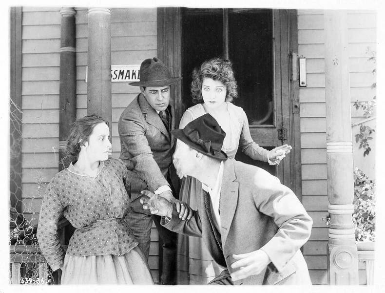 Mayor Johnson Schmidt (J. Richardson) et Mollie Vaughn (B. Bennett) essayant de retenir Jim Grimes (J. Singleton) qui s'en prend à une femme