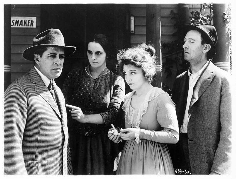 Mayor Johnson Schmidt (J. Richardson), Mollie Vaughn (B. Bennett) et Jim Grimes (J. Singleton)