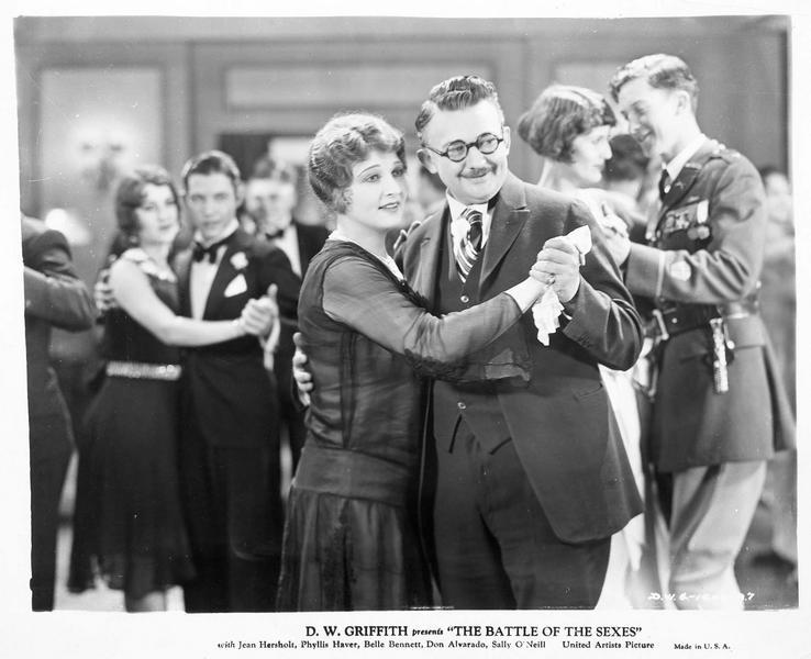 Mrs. Judson (B. Bennett) dansant avec son mari William Judson (J. Hersholt)