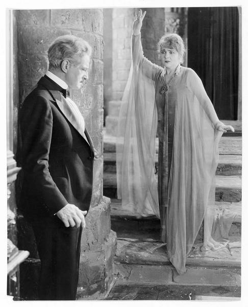 Une femme et un homme dans un palais