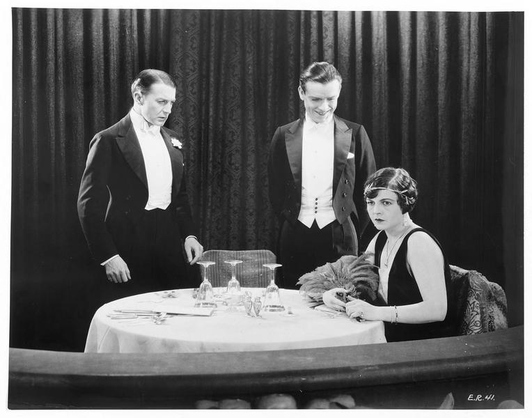 L'actrice Marie Lamont (H. Chadwick) au restaurant avec Miles (C. Brook)