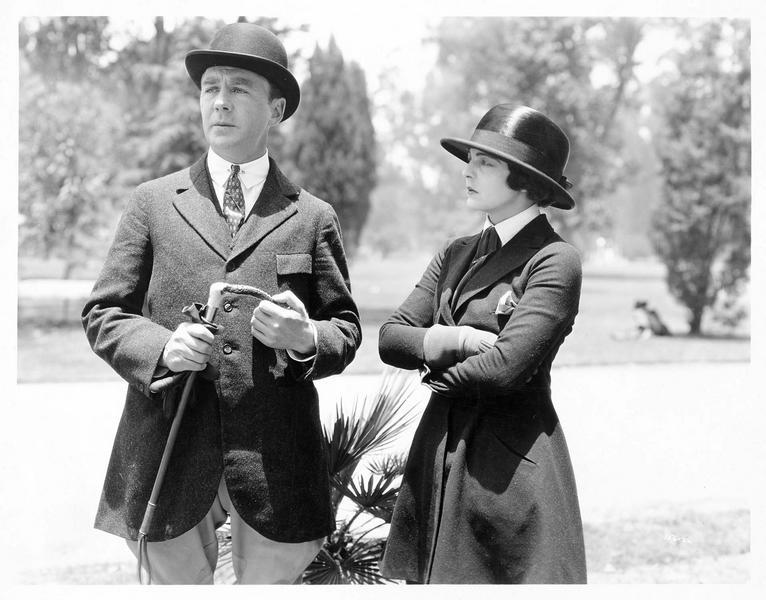 Un homme et une femme en tenue de cavaliers