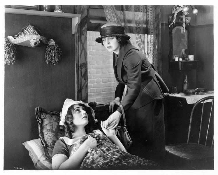 Une femme (H. Chadwick) au chevet d'une malade
