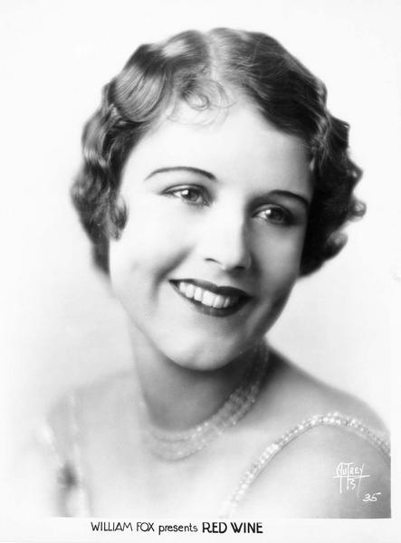 Portrait de June Collyer lors du tournage du film 'Le feu aux poudres'