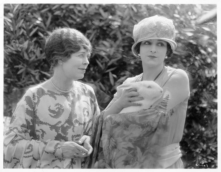 Mrs. Clayton (E. Jensen) et Jennie Clayton (M. Astor) tenant un lapin dans ses bras