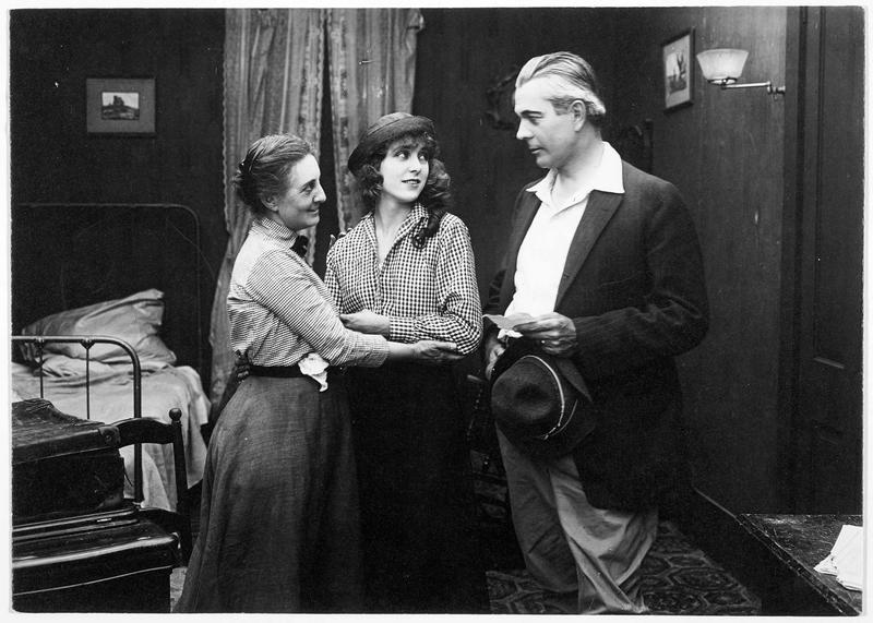 Agnès (F. Billington), sa mère (C. Drew) et Mansfield Peters (C. Clary)