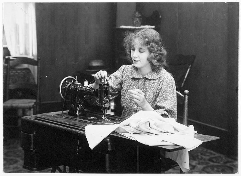 Agnès (F. Billington) à la machine à coudre