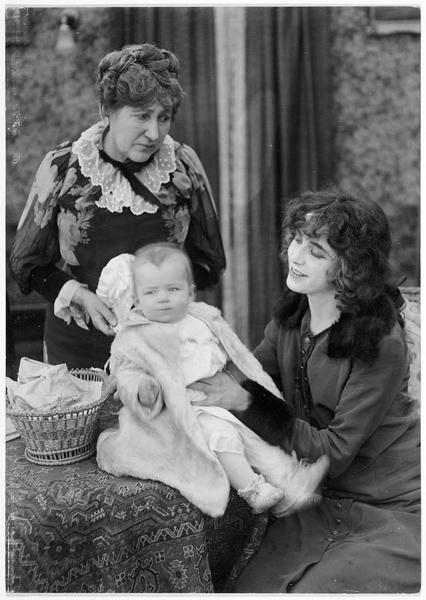 Frances Angel (F. Billington), l'enfant et une femme plus âgée (J. Crowell)