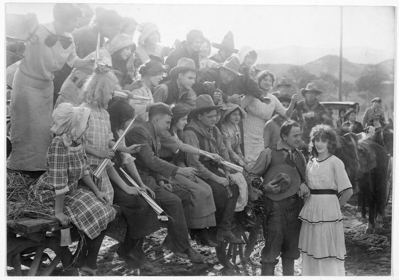 Jim MacPherson (S. de Grasse) et un groupe de personnes assises sur une charrette attendant la décision de Frances Angel (F. Billington)