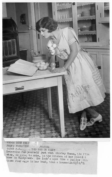 Shirley Mason dans la cuisine de sa villa à Hollywood