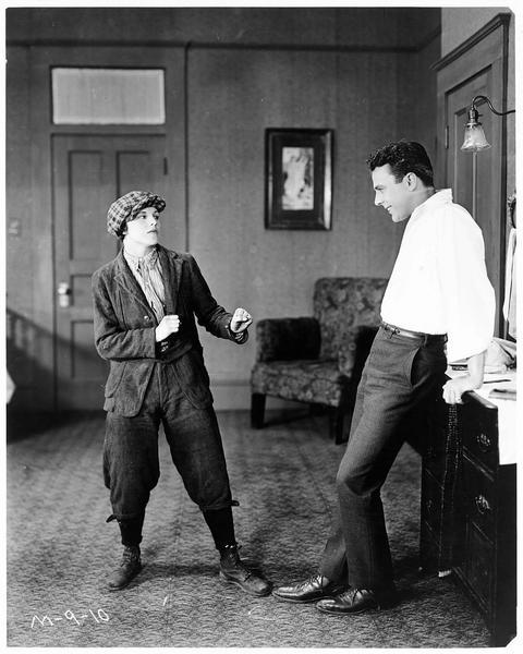 Jenny (S. Mason) voulant se battre avec Larry Hard (R. MacKee)