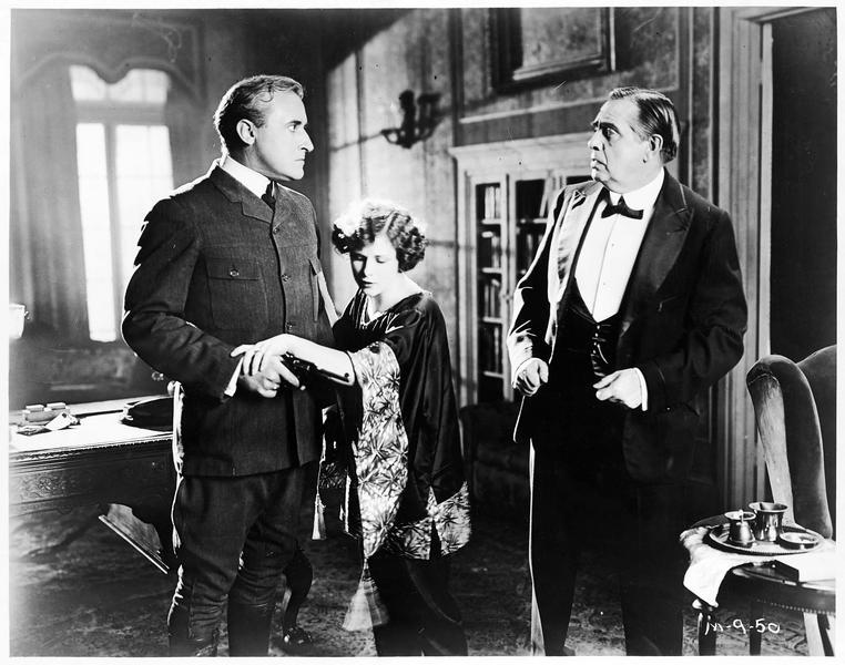 Jenny (S. Mason) empêchant un homme de braquer son revolver vers une personne