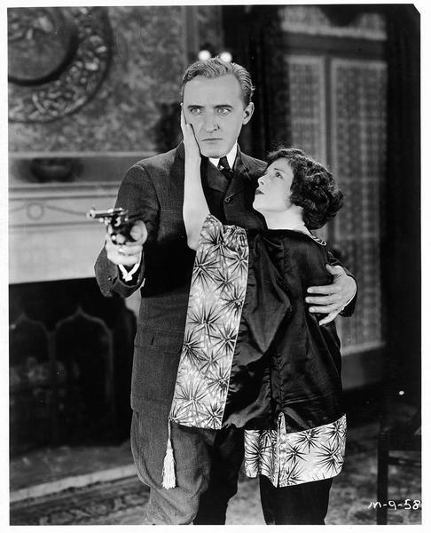 Jenny (S. Mason) dissuadant un homme de braquer son revolver vers une personne