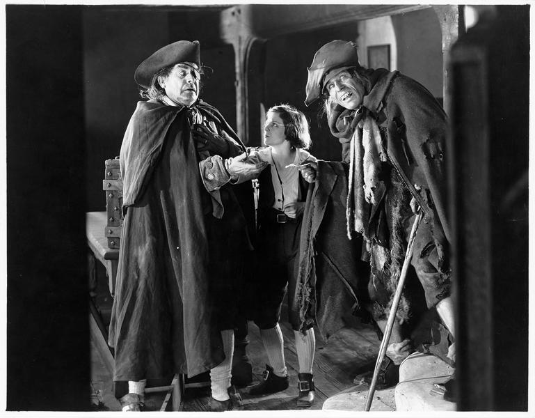 Pew l'aveugle (L. Chaney) remettant un billet à Bill Bones (Al W. Filson)