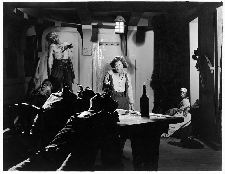 Jim Hawkins (S. Mason) à bord du bateau et braquant un pistolet