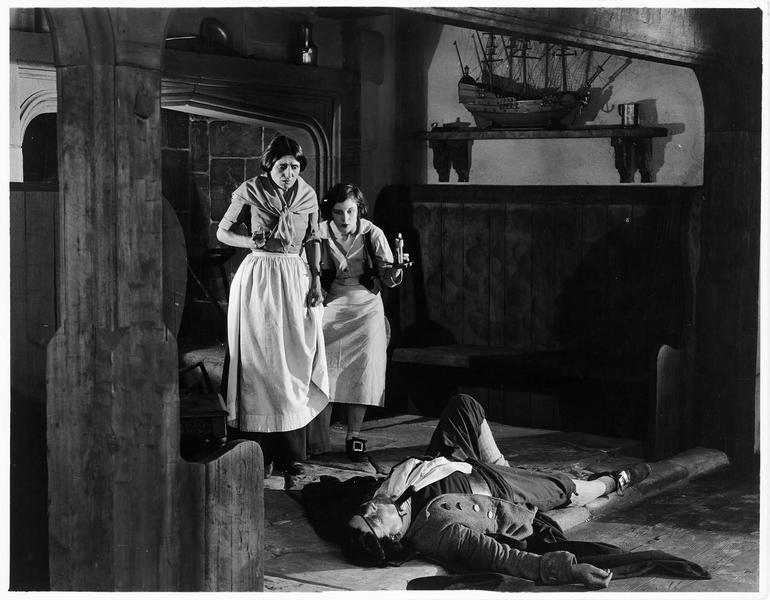 Jim Hawkins (S. Mason) et sa mère (J. Melville) devant un homme gisant au sol