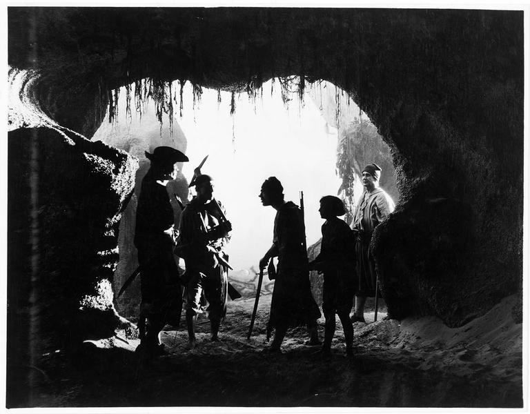 A l'entrée de la grotte, sur l'île au Trésor