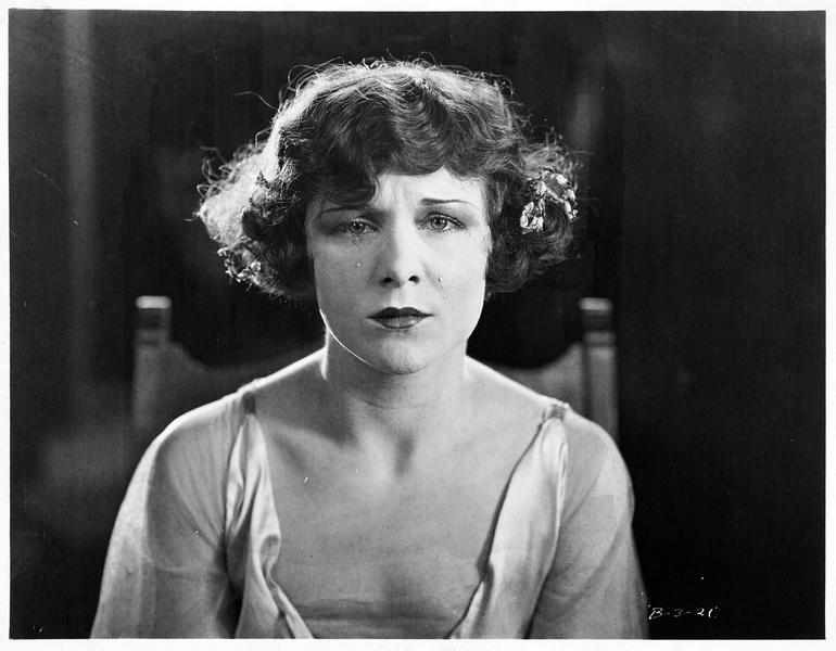 Yvonne Laraby (S. Mason) pleurant