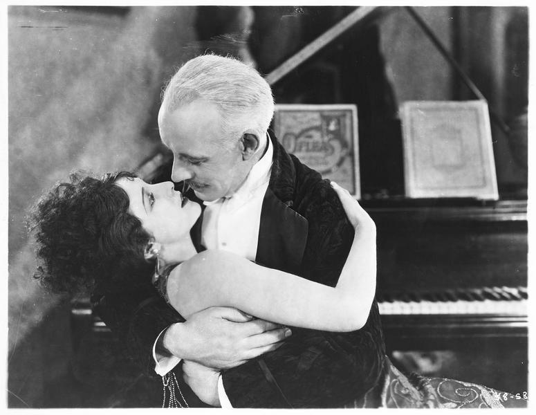 Johann Aradi ou Don Juan (L. Stone) embrassant Ninette Cavallar (S. Mason)