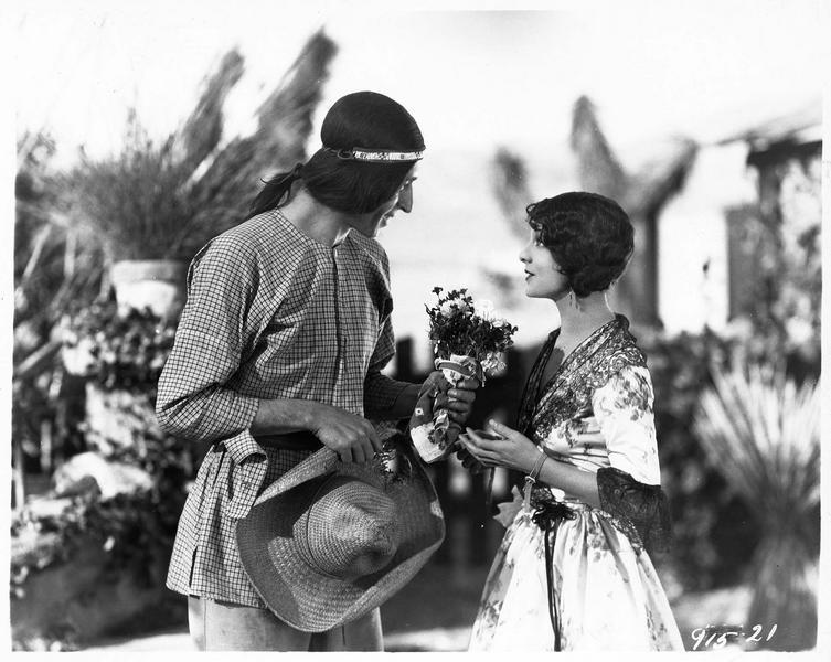 Un Indien offrant des fleurs à Mercedes Castanada (S. Mason)
