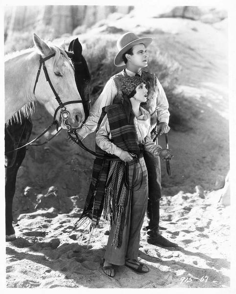Mercedes Castanada (S. Mason) et George Thorne (N. Hamilton) avec leurs chevaux dans la montagne