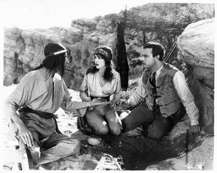 Mercedes Castanada (S. Mason) et George Thorne (N. Hamilton) dans la montagne avec un Indien