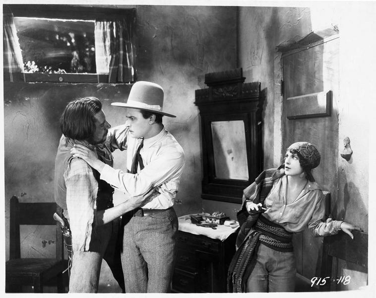 George Thorne (N. Hamilton) se bagarrant avec un homme