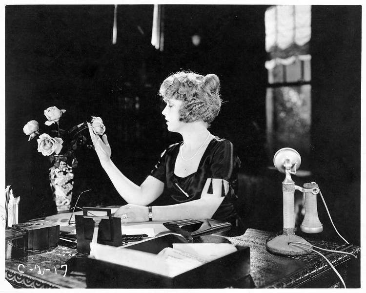 Julia Kennedy (E. Percy) à son bureau