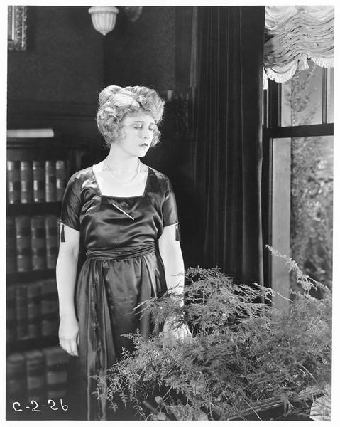 Julia Kennedy (E. Percy) regardant par la fenêtre