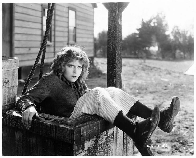 Minnie Ann Thomas (E. Percy), assise les fesses dans le puits