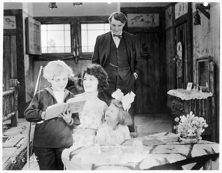 Helene Blair (V. Rich) entourée de ses enfants