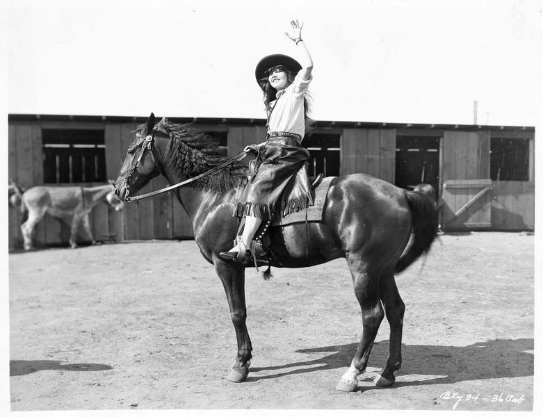 Portrait d'Ann Pennington à cheval