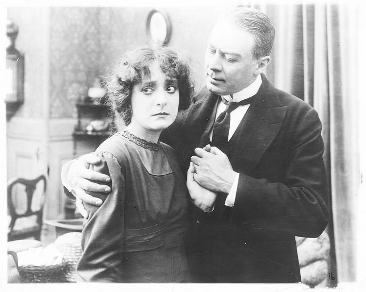 Un homme tenant Pamela Rameau Roland (D. Bernard) par les épaules