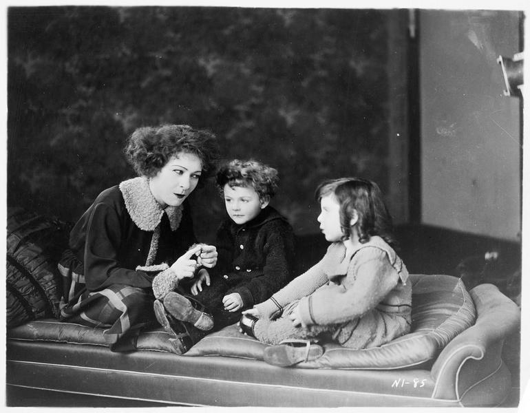 Nora Helmer (A. Nazimova) avec des enfants
