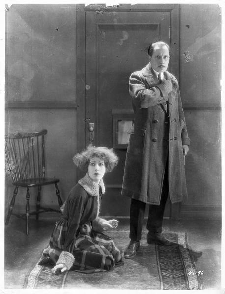 Nora Helmer (A. Nazimova) et un homme dans le vestibule
