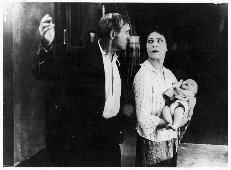 Philip Blake (C. Bryant) et Faith & Eve (A. Nazimova) avec un bébé dans les bras