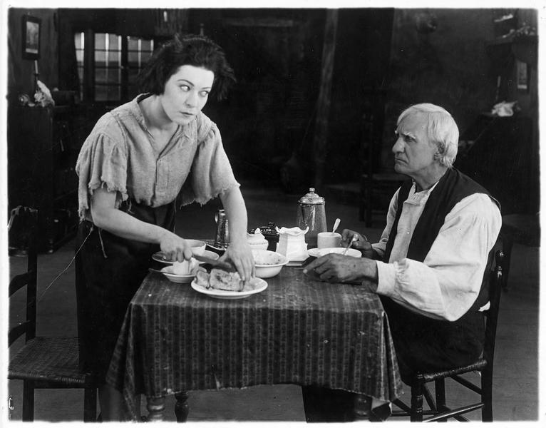 Faith & Eve (A. Nazimova) à table avec Job Coffin (H. Harmon)