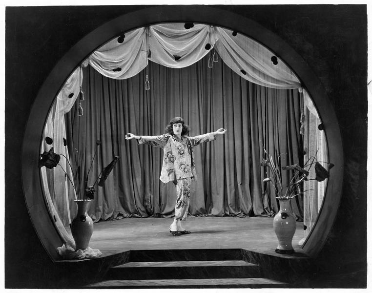 Sally Snape (A. Nazimova) sur scène