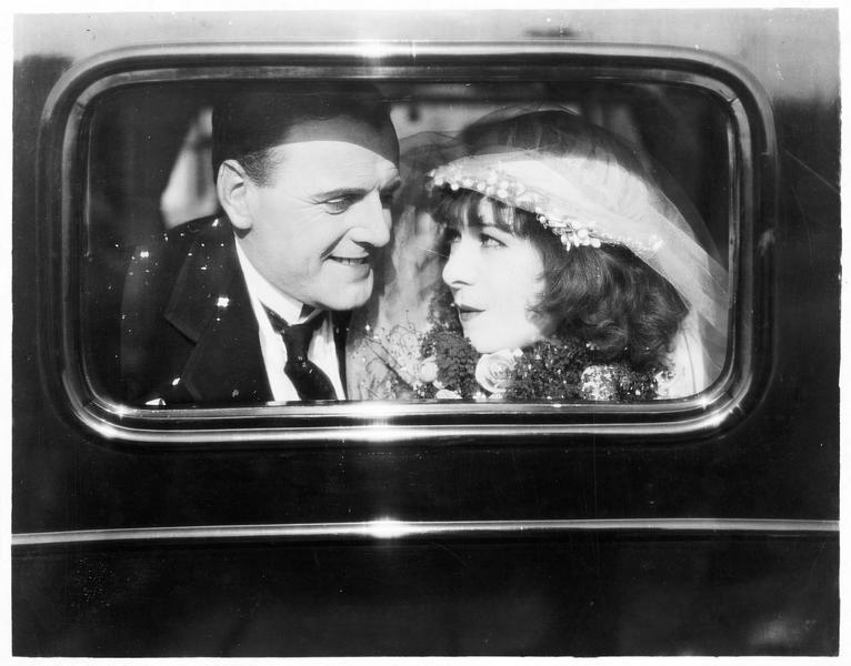 Les mariés : Sally Snape (A. Nazimova) et Lord Kidderminster (C. Bryant)