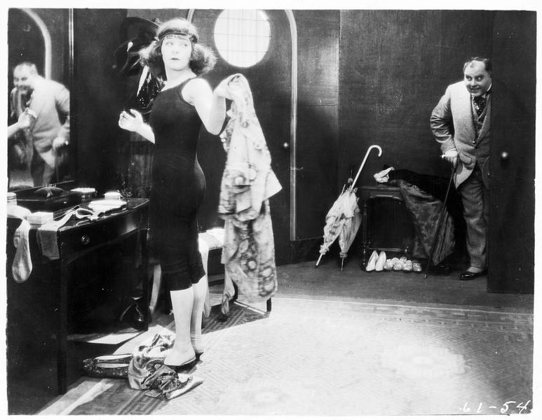Joe Mosenstein (J. Steppling) entrant dans la loge de Sally Snape (A. Nazimova)