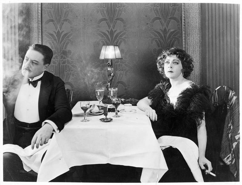 La princesse Triloff (A. Nazimova) à table avec Frank Manners (W. Irving)