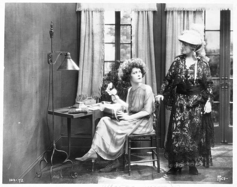 Marguerite Gautier (A. Nazimova) avec le camélia à la main