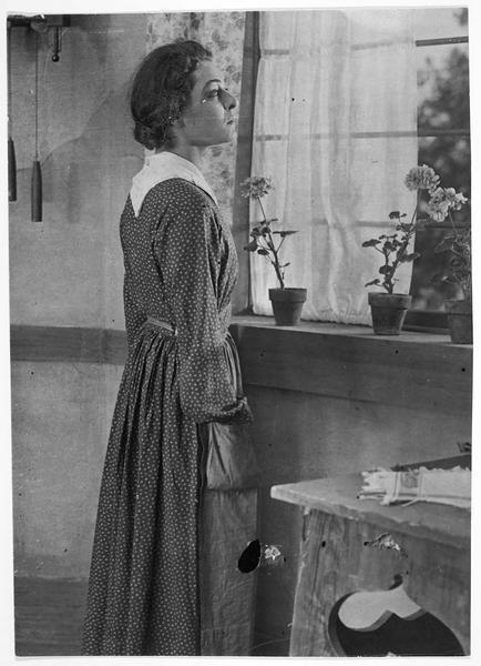 Joan (A. Nazimova) à la fenêtre